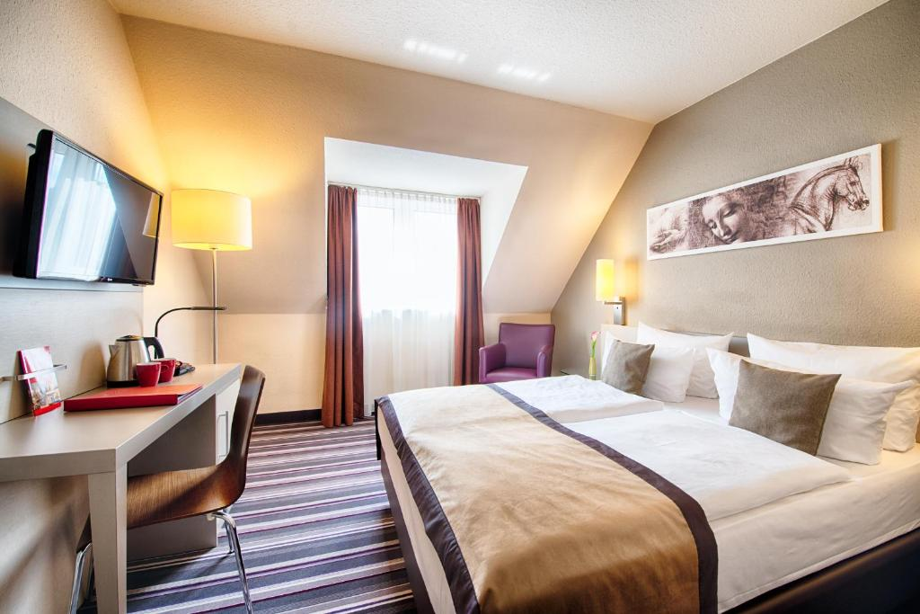 A bed or beds in a room at Leonardo Hotel Mannheim-Ladenburg