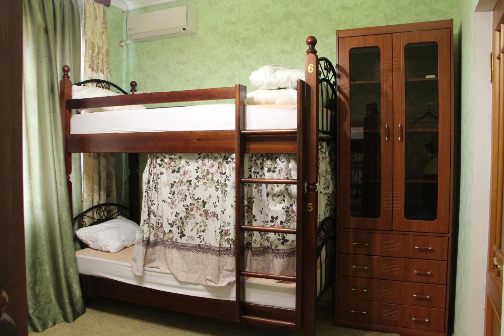 Двухъярусная кровать или двухъярусные кровати в номере Хостел Центральный на Гоголя