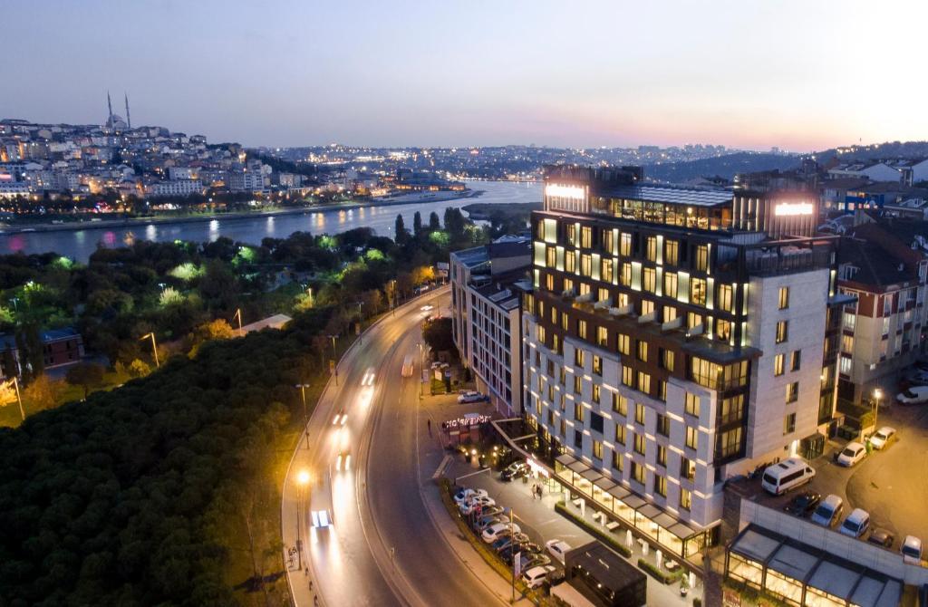 A bird's-eye view of Mövenpick Istanbul Hotel Golden Horn