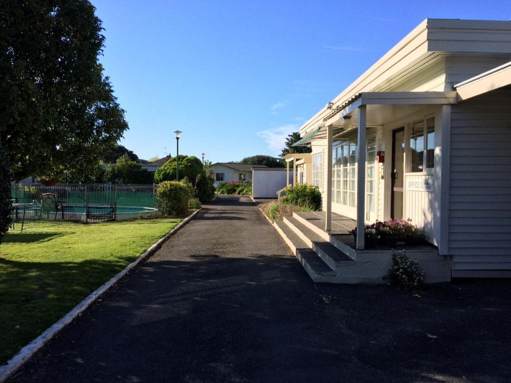 Three Oaks Motel