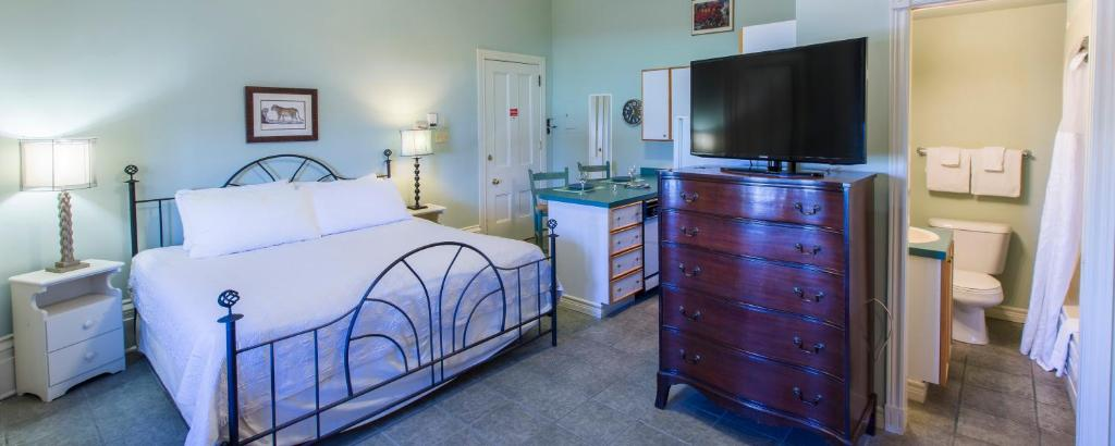 A bed or beds in a room at Chipman Hill Suites -Yeats House