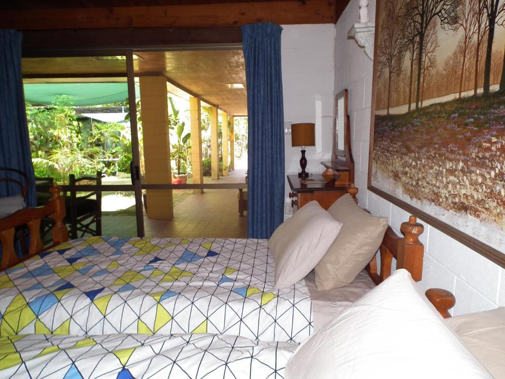 A bed or beds in a room at Shady Grove B&B