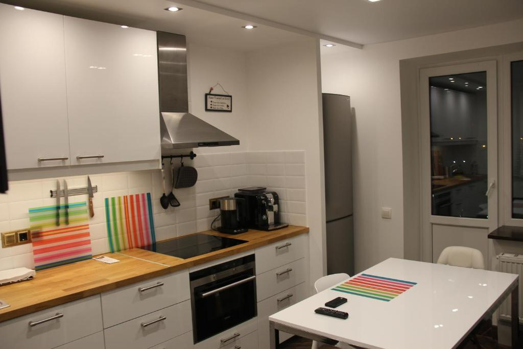 A kitchen or kitchenette at Max apartment at Varshavskaya 6