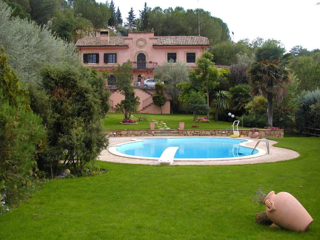 Der Swimmingpool an oder in der Nähe von Villa Clementine