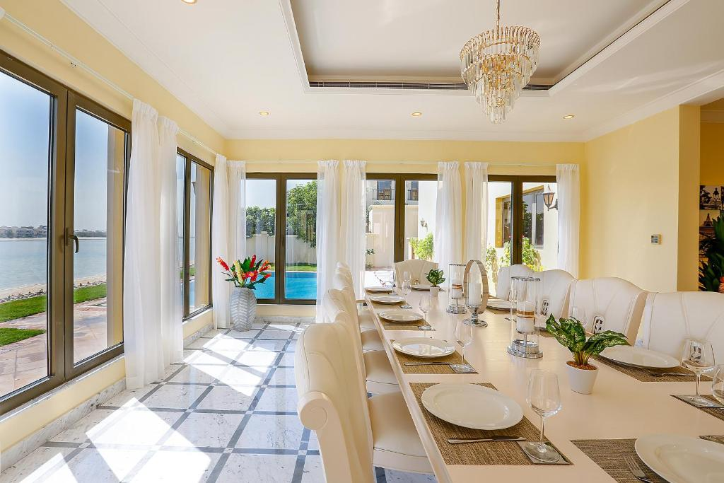 A restaurant or other place to eat at Kennedy Towers - Signature Villa K