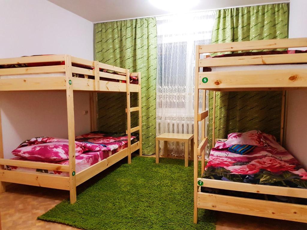 Двухъярусная кровать или двухъярусные кровати в номере Хостел Уют в Курске