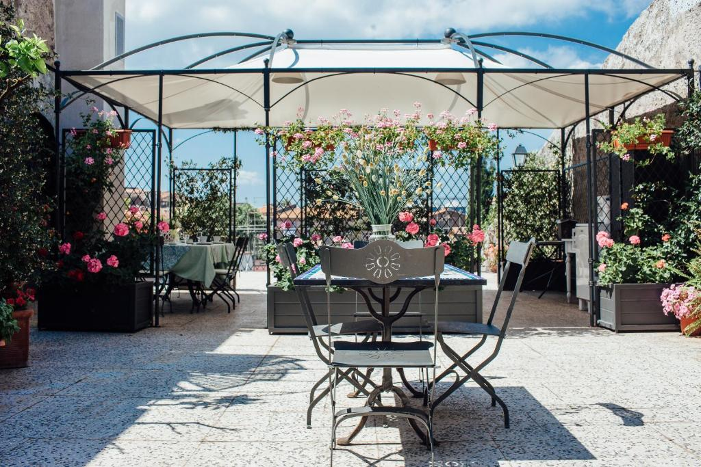 A restaurant or other place to eat at B&B La Terrazza Medioevale
