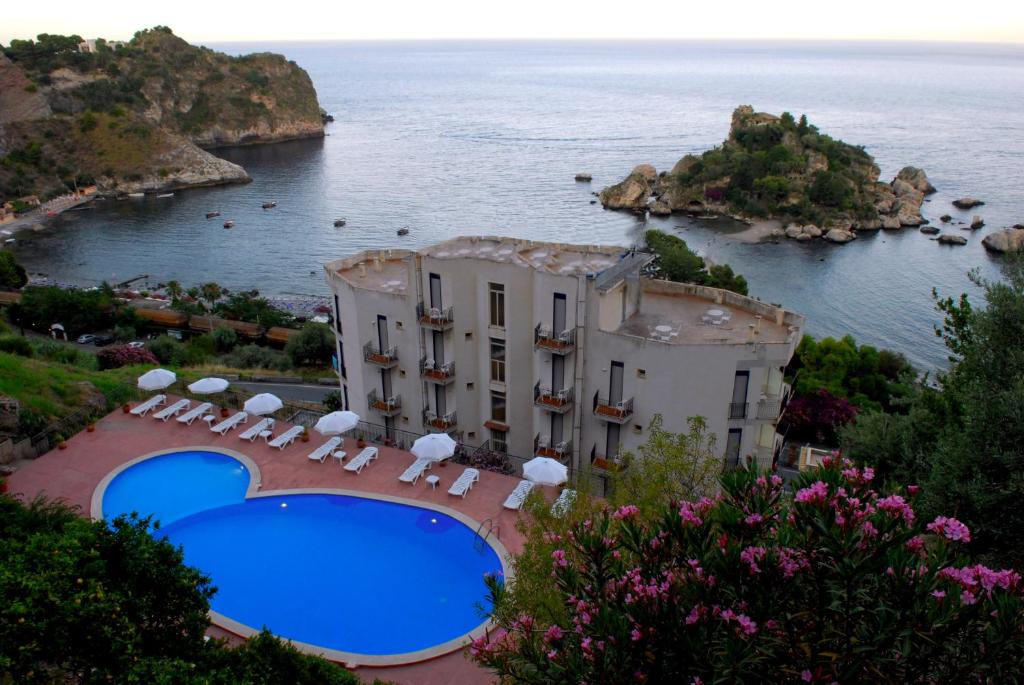 A view of the pool at Hotel Isola Bella or nearby