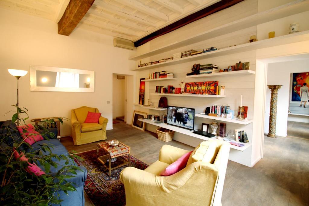 Uma área de estar em Trevi Fountain 2BR Apartment