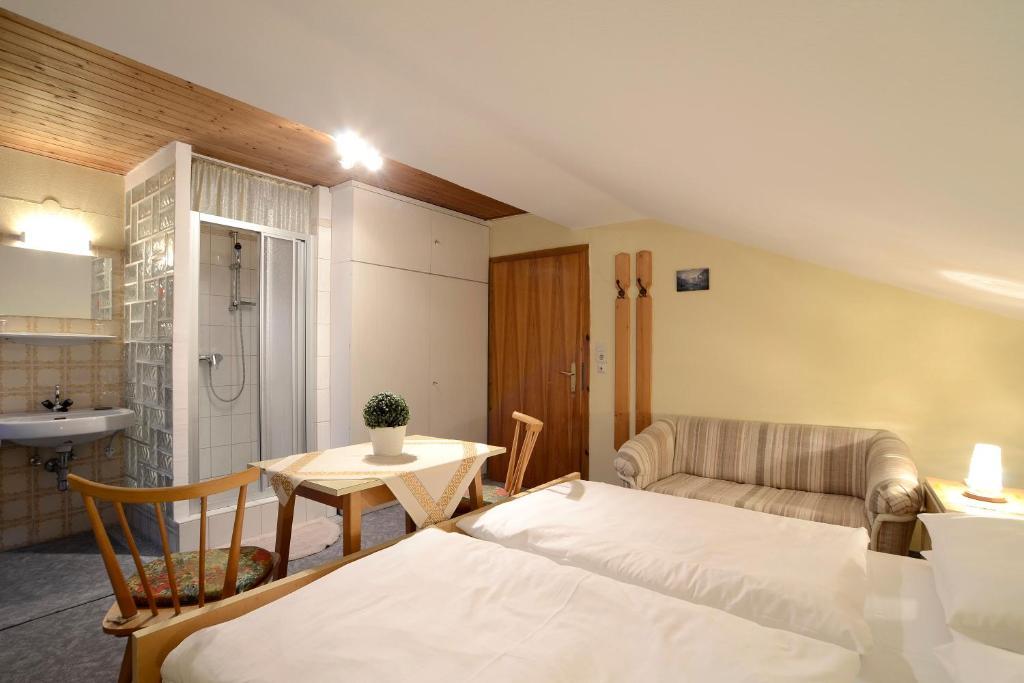 Giường trong phòng chung tại Ferienwohnung im Gästehaus Nussbaumer