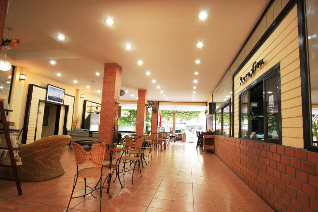 ห้องอาหารหรือที่รับประทานอาหารของ โรงแรม ชบา ชาเล่ต์