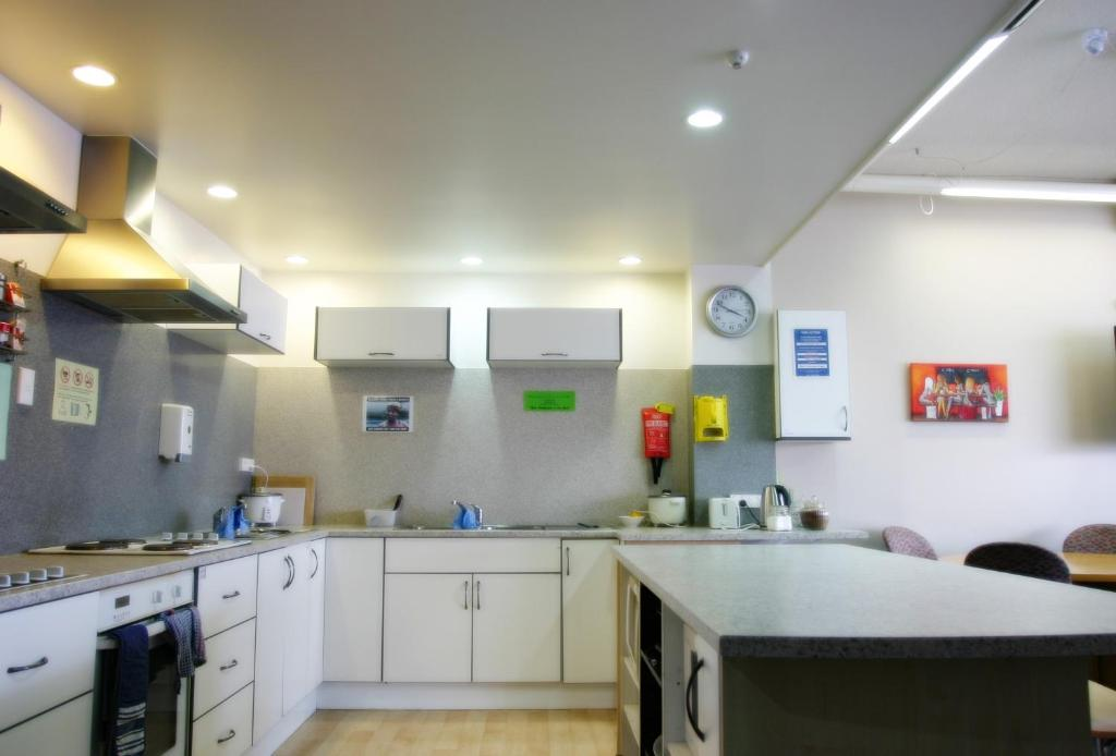 A kitchen or kitchenette at Backpackers Central Hamilton