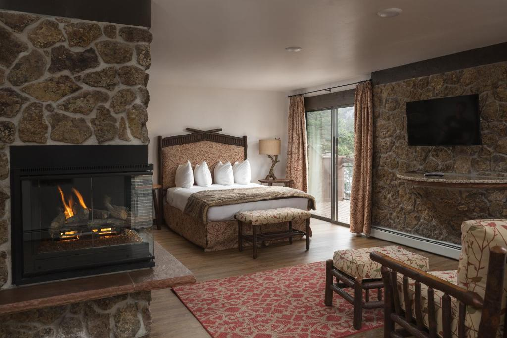 A bed or beds in a room at The Landing at Estes Park