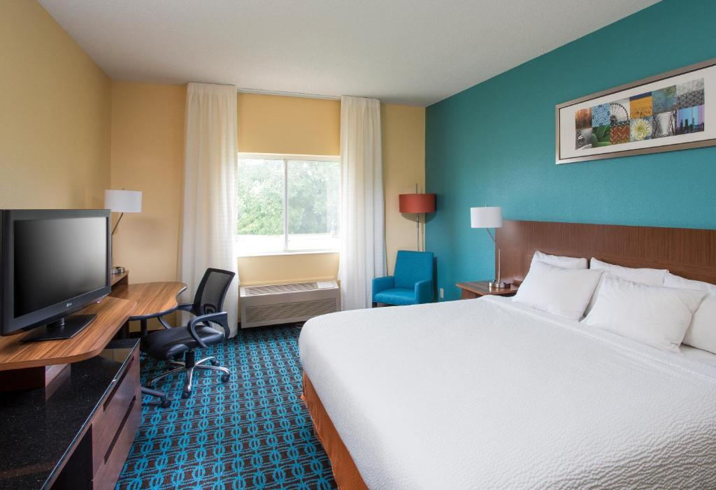 A bed or beds in a room at Fairfield Inn & Suites by Marriott Quincy