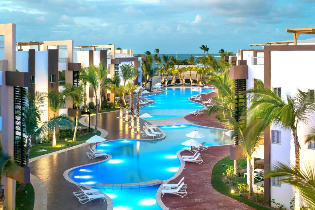 Uma vista da piscina em BlueBay Grand Punta Cana - Luxury All Inclusive Resort ou nos arredores