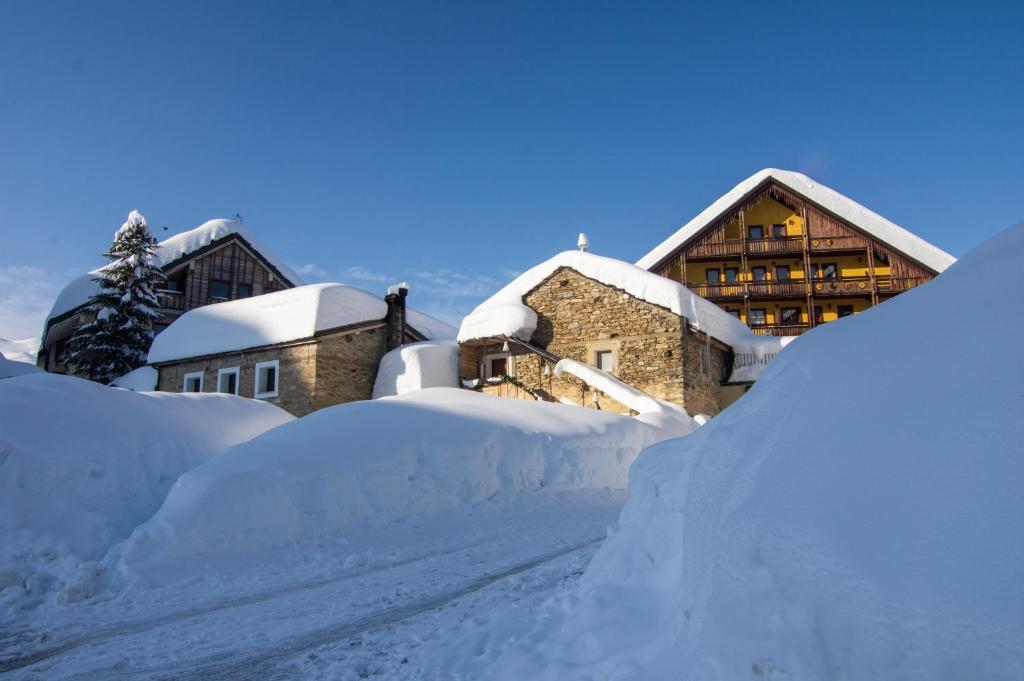 Stalle Lunghe Deluxe Apartments during the winter