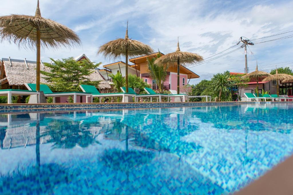The swimming pool at or near Pinky Bungalow Resort