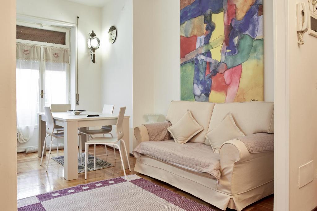 A seating area at Maison de Amelie