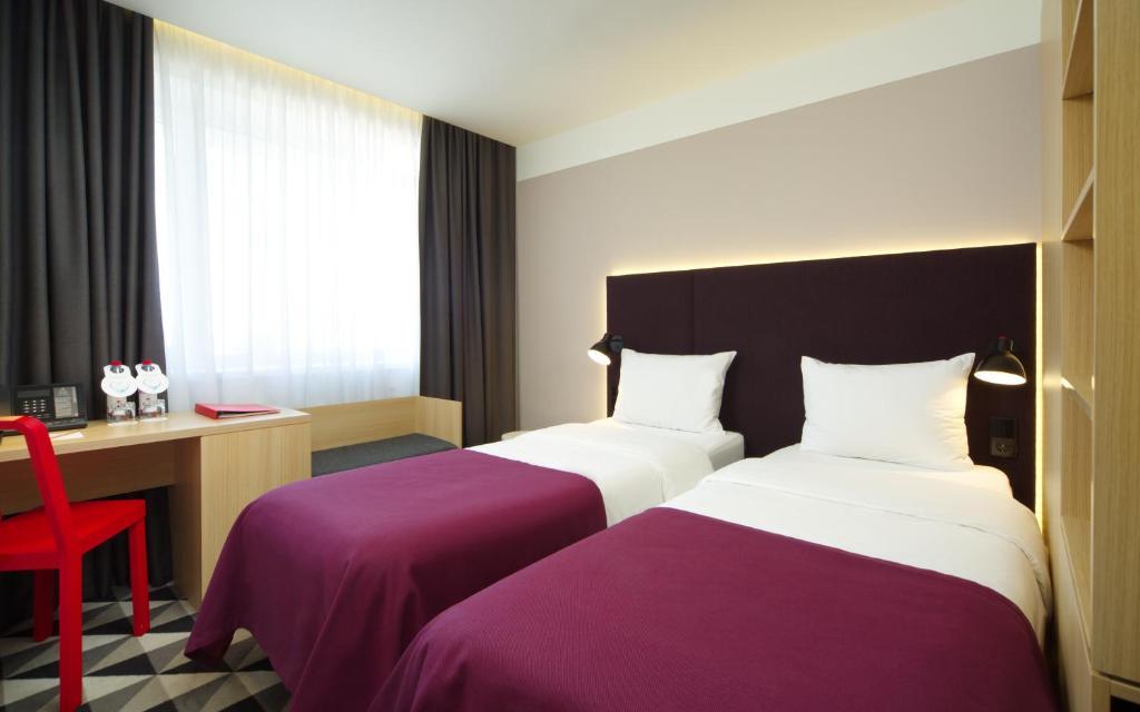 Кровать или кровати в номере АЗИМУТ Отель Воронеж