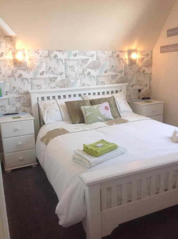A bed or beds in a room at Cleasewood Guest House