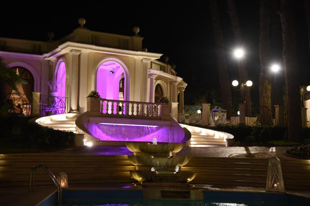 The swimming pool at or close to Park Hotel Villaferrata