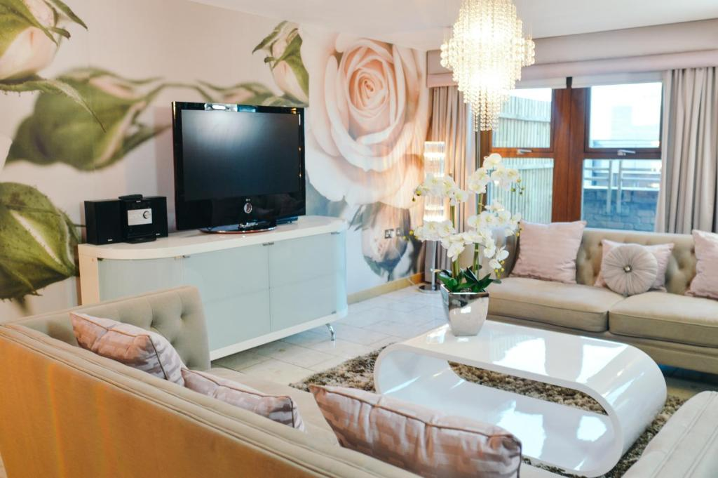 A television and/or entertainment center at Posh Pads - Liverpool 1 - Apart-Hotel