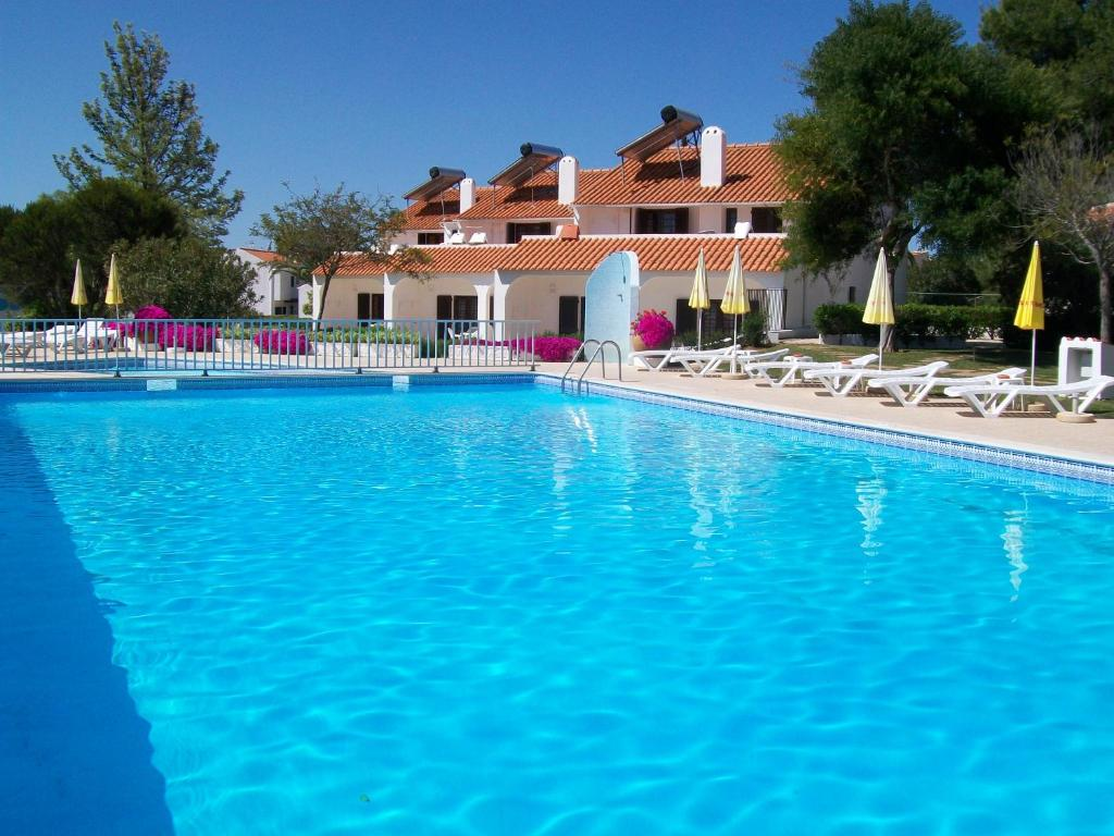 The swimming pool at or near Apartamentos Vale de Carros