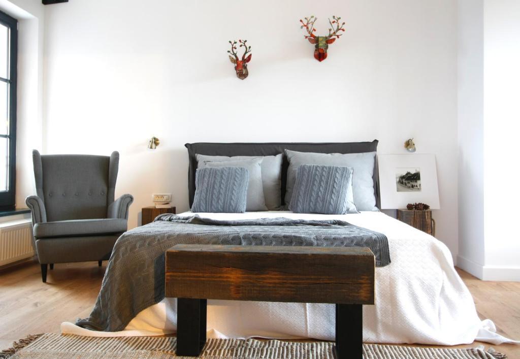 Un pat sau paturi într-o cameră la The Pines Boutique Villa