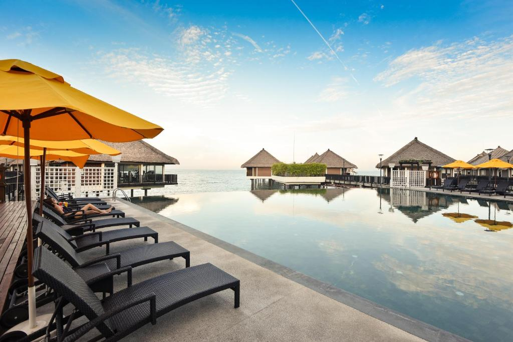 The swimming pool at or close to Avani Sepang Goldcoast Resort