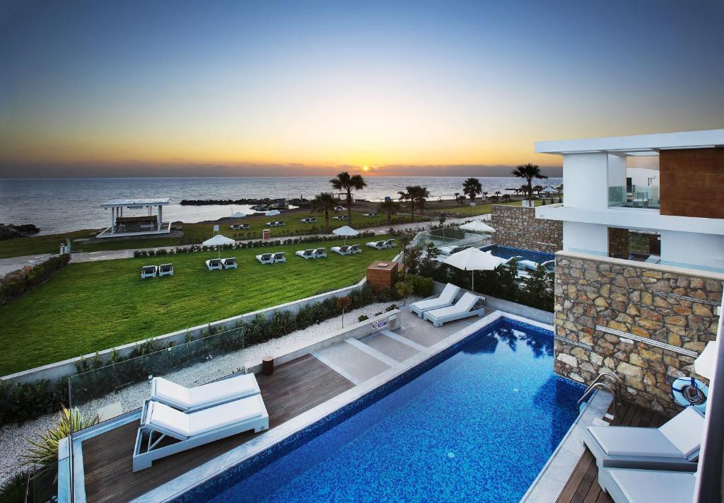 Вид на бассейн в Paradise Cove Luxurious Beach Villas или окрестностях