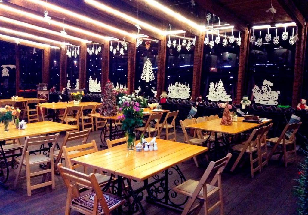 A restaurant or other place to eat at HyeLandz Eco Village Resort