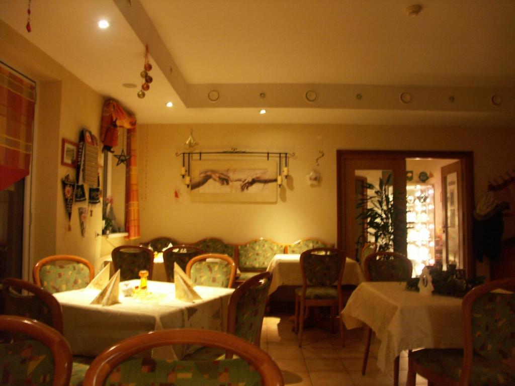 Ein Restaurant oder anderes Speiselokal in der Unterkunft Waldpension zum Felsenkeller