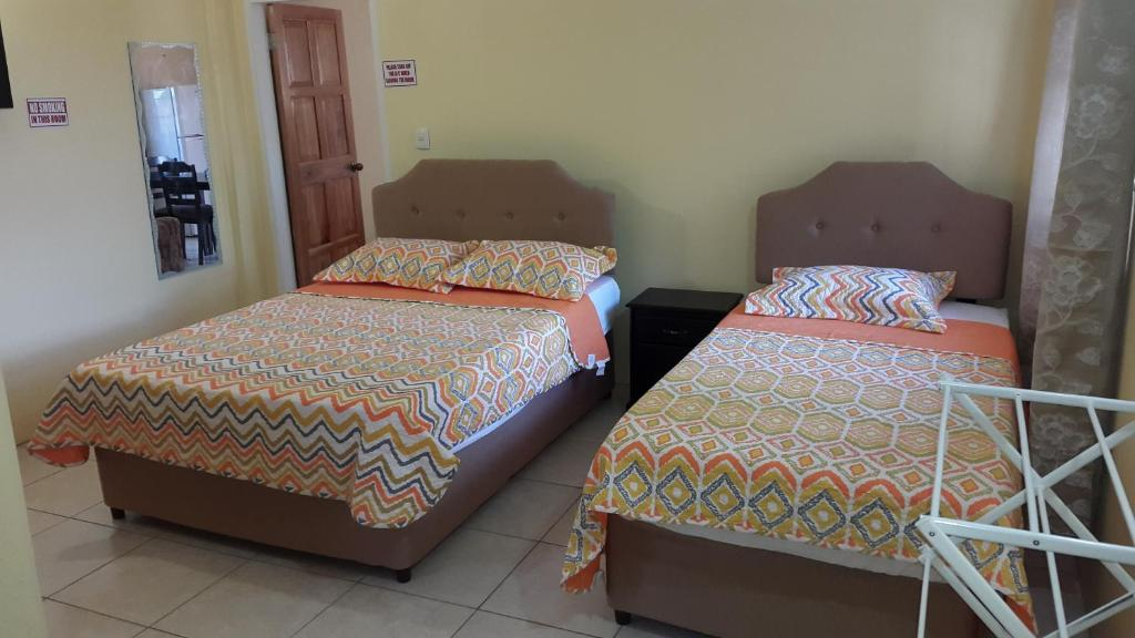 A bed or beds in a room at Cool Runnings Apartments