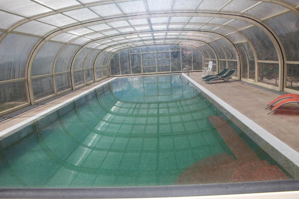 The swimming pool at or near Quinta Lagarça 57