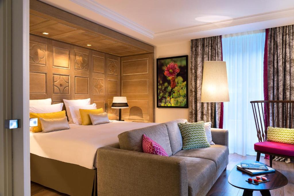 سرير أو أسرّة في غرفة في فندق مونت بلانك شاموني