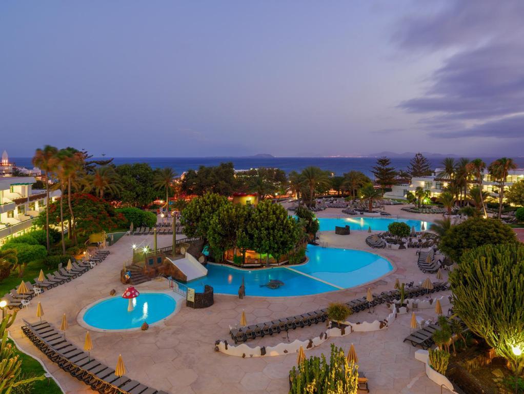 Vaade basseinile majutusasutuses H10 Lanzarote Princess või selle lähedal