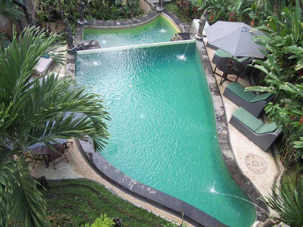 Uitzicht op het zwembad bij Junjungan Suite of in de buurt