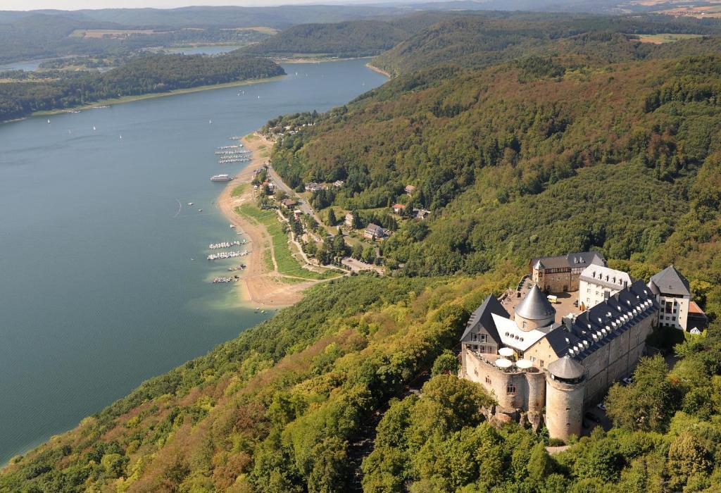 Blick auf Hotel Schloss Waldeck aus der Vogelperspektive