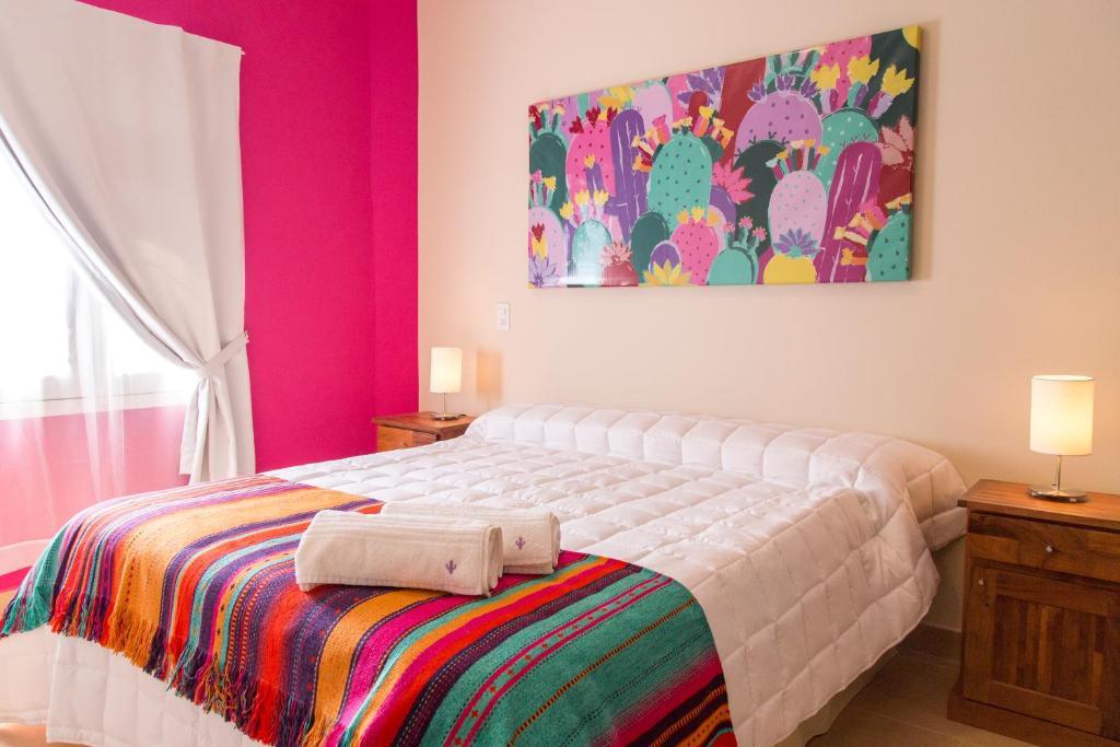 Een bed of bedden in een kamer bij Las Tulmas Apart Hotel