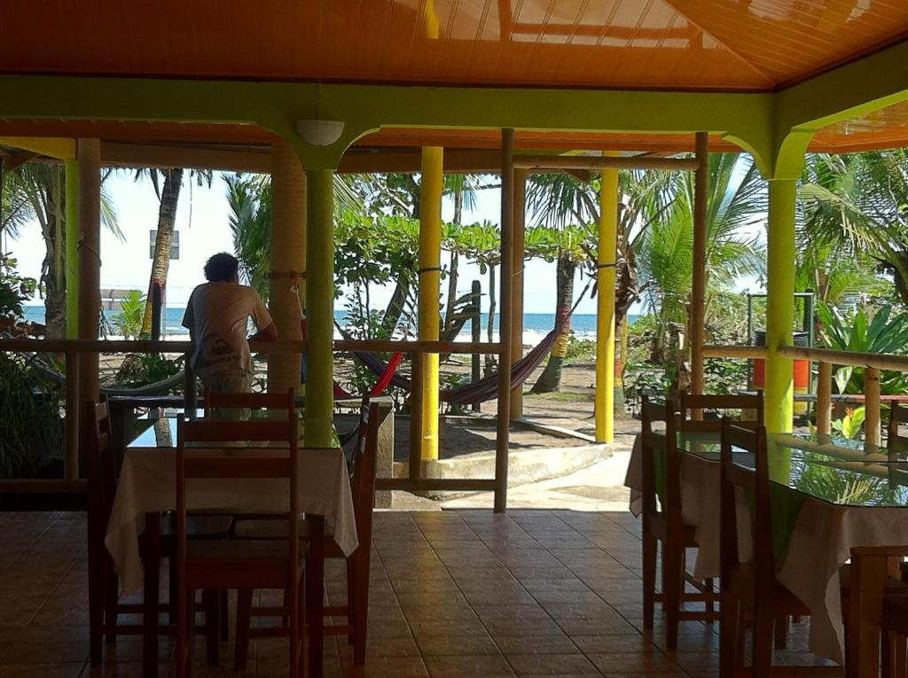 A restaurant or other place to eat at Cabinas Icaco Tortuguero
