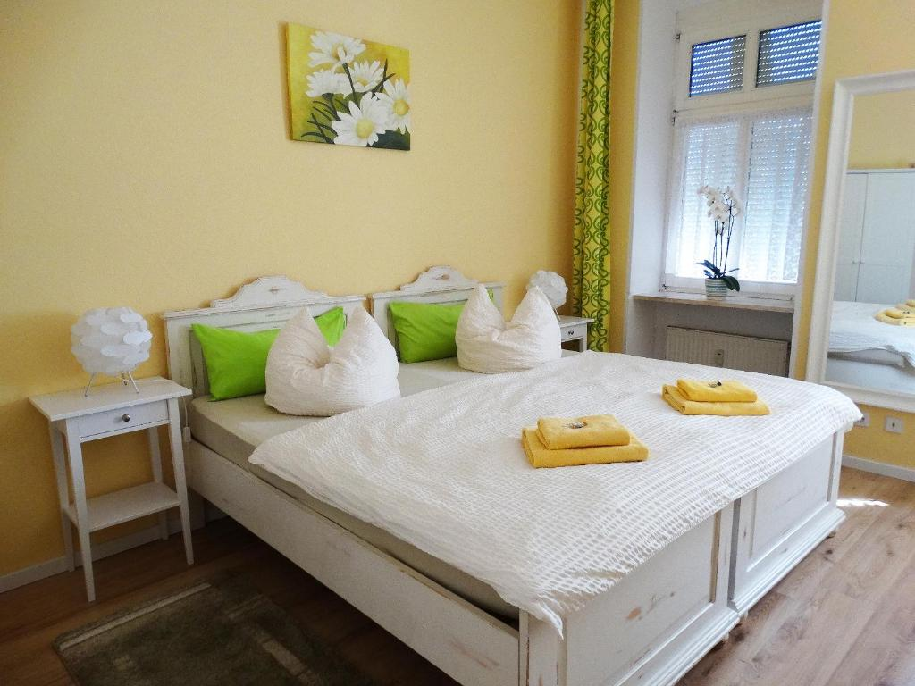 A bed or beds in a room at Pension Freiraum Berlin