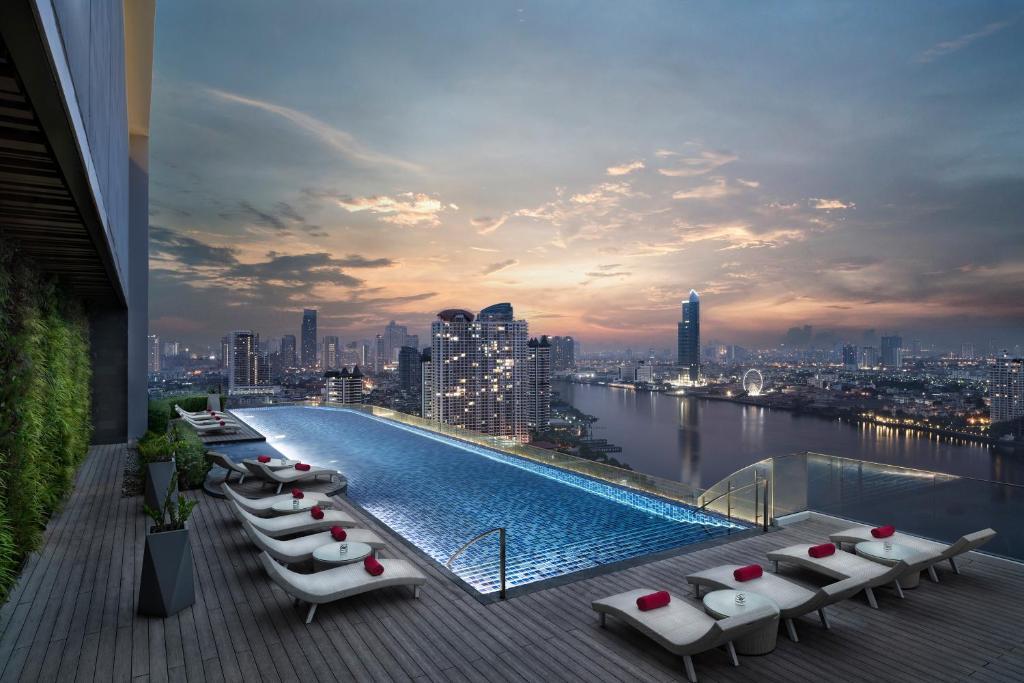 Der Swimmingpool an oder in der Nähe von Avani+ Riverside Bangkok Hotel