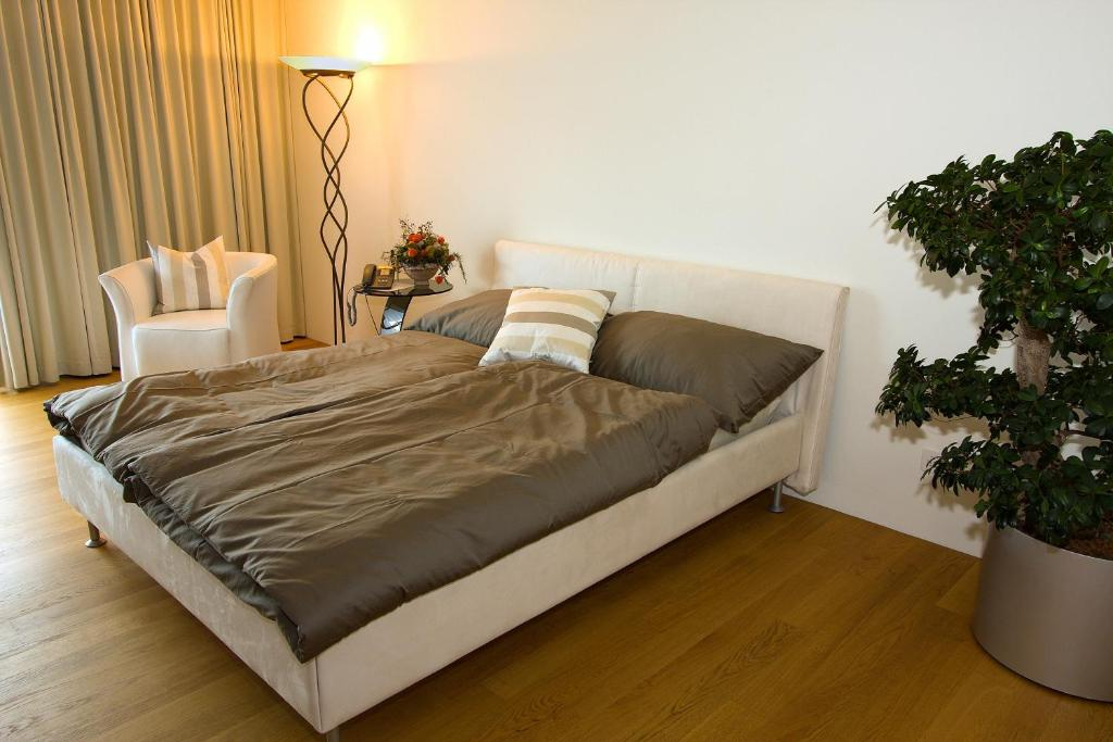 A bed or beds in a room at Senevita Residenz Multengut