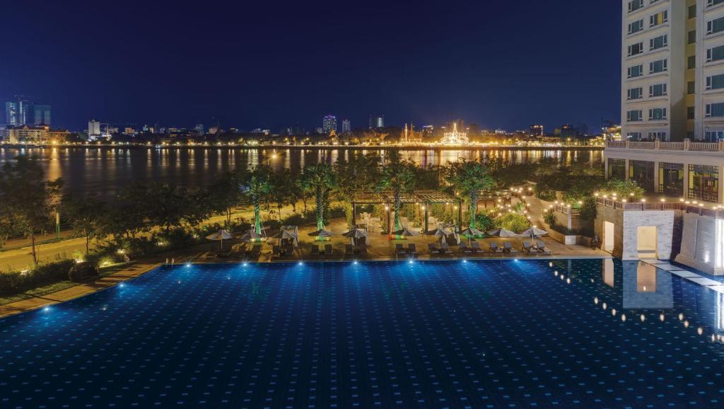 The swimming pool at or close to Sokha Phnom Penh Hotel