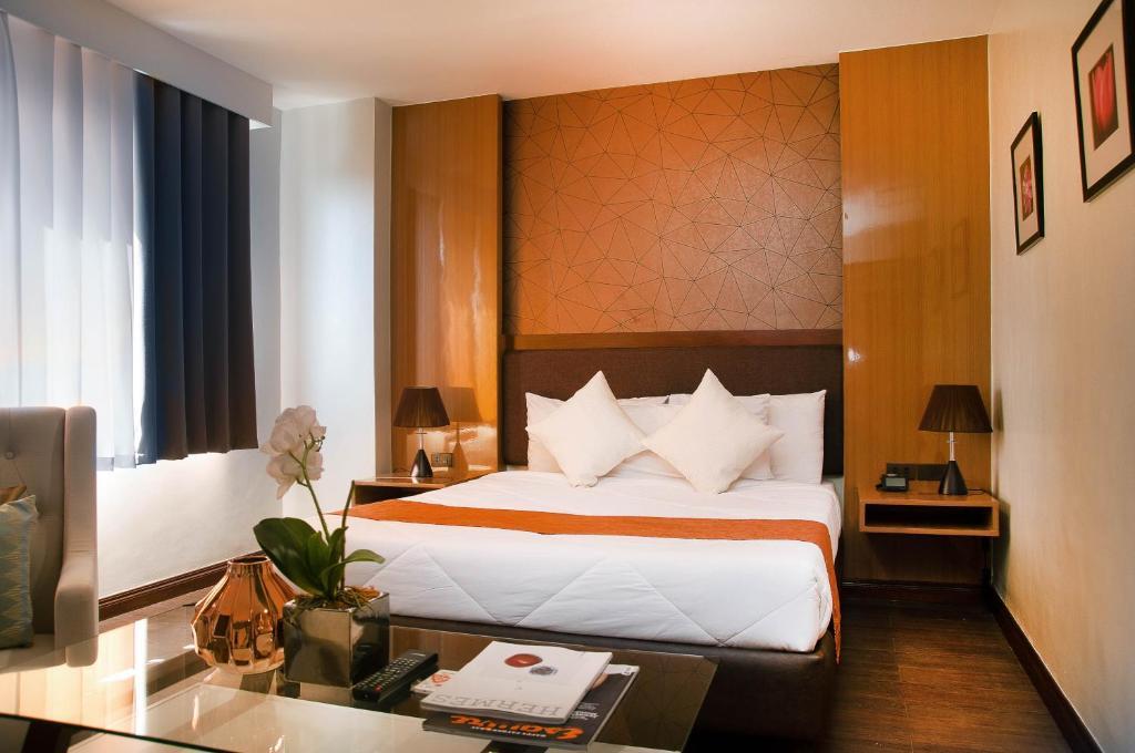 سرير أو أسرّة في غرفة في فيرناندينا 88 للأجنحة الفندقية