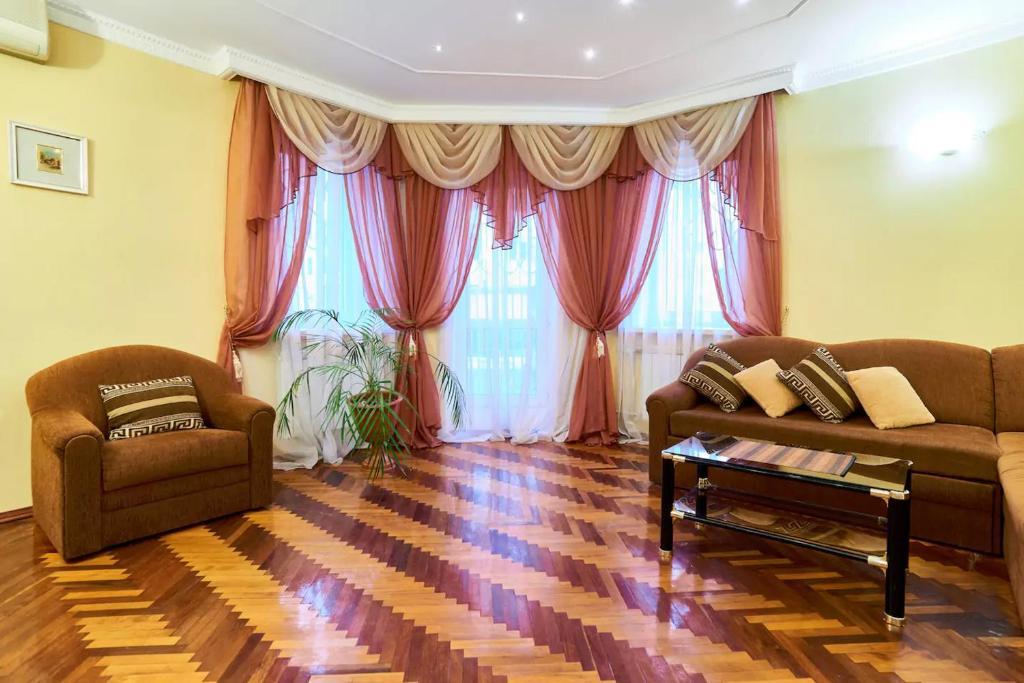 Зона вітальні в Home Hotel Apartments on Kontraktova Ploshcha