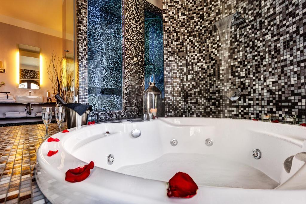A bathroom at Dharma Luxury Hotel
