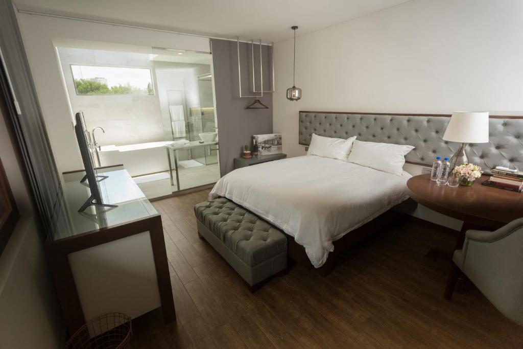 A bed or beds in a room at Cosmopolitano Hotel Boutique