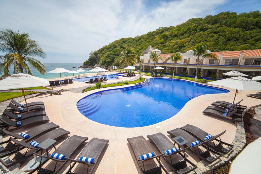 A view of the pool at Quinta Bella Huatulco or nearby