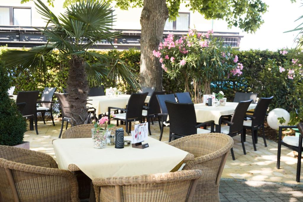 """A restaurant or other place to eat at Hotel Restaurant Böck """"Roter Hahn"""""""